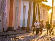 Trinidad, KUBA - Karaibska ulica przy zmierzchem Zdjęcia Stock