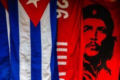 Trinidad, Kuba - 2019 Kubanische Flagge und Che Guevara-Flagge - kubanische Andenken stockfotos