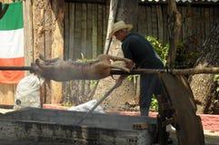 TRINIDAD KUBA, MAJ, - 26, 2013 Kubańska lokalna mężczyzna prażaka wieprzowina na o Obraz Royalty Free
