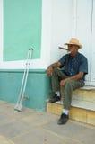 TRINIDAD, KUBA, MAJ, - 26, 2013 Kubański lokalny mężczyzna dymienia cygaro i Zdjęcia Royalty Free