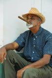 TRINIDAD KUBA - MAJ 26, 2013 kubansk lokal man som röker cigarren och Arkivfoto