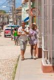 TRINIDAD KUBA - MAJ 16, 2017: Par på stadsgatan Kopiera utrymme för text vertikalt Royaltyfri Foto