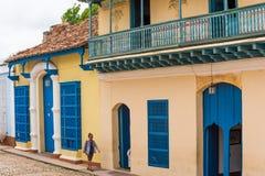 TRINIDAD KUBA - MAJ 16, 2017: Sikt av den färgrika byggnaden Kopiera utrymme för text arkivfoto