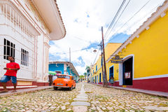 TRINIDAD KUBA - MAJ 16, 2017: Sikt av stadsgatan Kopiera utrymme för text Arkivbild