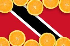 Trinidad och Tobago flagga i citrusfruktskivahorisontalram royaltyfria bilder