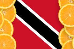 Trinidad och Tobago flagga i vertikal ram för citrusfruktskivor royaltyfri fotografi