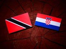 Trinidad och Tobago flagga med den kroatiska flaggan på en isolator för trädstubbe Royaltyfria Foton