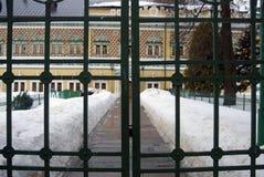 Trinidad Sergius Lavra Puertas de la entrada a la casa viva del ` de los monjes Imagen de archivo