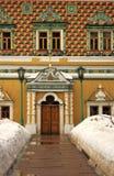 Trinidad Sergius Lavra Puertas de la entrada a la casa viva del ` de los monjes Imagen de archivo libre de regalías
