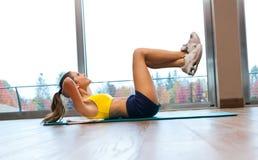 Trining in de gymnastiek Stock Afbeeldingen