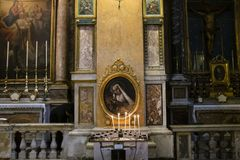 Trinità santa dei pellegrini, Roma, altare con la candela votiva accesa Immagine Stock