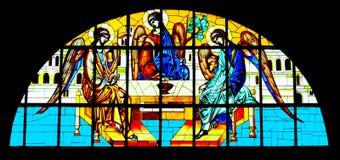 Trinité sainte peinte sur le verre souillé dans la cathédrale orthodoxe Image libre de droits