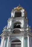 Trinité Sergius Lavra en Russie Beffroi avec une horloge Photographie stock libre de droits