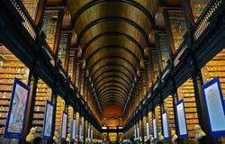 Trinity Collegearkiv i Dublin Ireland royaltyfria foton