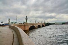 Trinitybro och floden Neva Arkivfoton