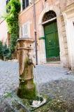 Trinkbares Brunnenwasser in Rom Stockfotografie