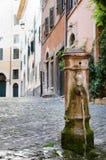 Trinkbares Brunnenwasser in Rom Lizenzfreies Stockfoto