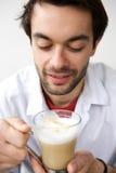 Trinkbecher des jungen Mannes Kaffee lizenzfreies stockbild