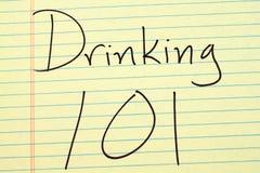 Trinken 101 auf einem gelben Kanzleibogenblock Lizenzfreie Stockfotografie