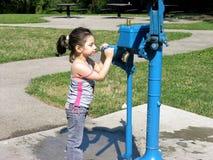 Trinken an der Wasser-Pumpe Stockbilder
