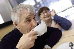Trinken des alten Mannes Stockbild