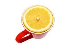 Trinken Sie eine Tasse Tee mit Zitronearoma Stockfotos