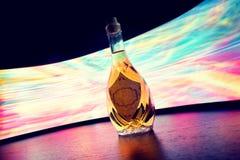Trinken Sie Flasche voll Schnaps mit kreativem Blitz des Aufklebers Lizenzfreie Stockbilder