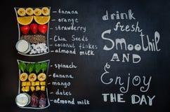 Trinken Sie frischen Smoothie und genießen Sie den Tag mit Smoothiesbestandteil Stockfoto