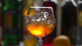 Trinken Sie langsam gießen in Glas stock video footage