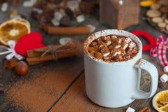 Trinken Sie mit Eibischen und mit Kakaopulver besprüht Stockfotografie