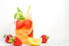 Trinken Sie mit Erdbeerzitrone und -minze auf Weiß Stockfotos