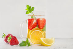 Trinken Sie mit Erdbeerzitrone und -minze auf Weiß Stockbild