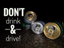 Trinken Sie nicht und Sloganentwurf für Sicherheitsanweisung auf Straße zu fahren, denken Sie an Ihre Sicherheit lizenzfreie stockfotografie