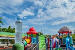 Trinken Sie Wasser und hellen blauen Himmel im Spielplatz stockbild