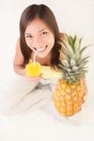 Trinkende Frau des AnanasFruchtsaftes Stockfotos