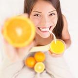 Trinkende Frau des Orangensaftes Stockfotos