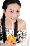 Trinkende Frau des Orangensaftes Lizenzfreie Stockfotografie