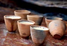 Trinkende indische Art des Tees: Chai in den Lehmschalen stockbild