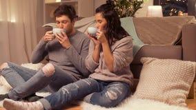 Trinkende Kakao des glücklichen Paars zu Hause stock video footage
