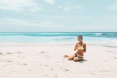 Trinkende Kokosnuss der Frau auf dem tropischen Strand stockfotos