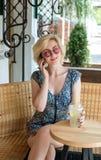 Trinkende Limonade der jungen europäischen Frau in einem Café Lizenzfreie Stockbilder