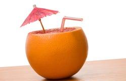 Trinkende Orange getrennt lizenzfreie stockbilder