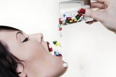 Trinkende Pillen Stockfotografie