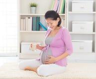 Trinkende Sojamilch der schwangeren Frau Stockbild