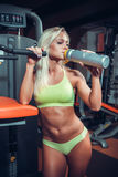 Trinkende Sportnahrung der muskulösen Frau Stockfotografie