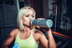 Trinkende Sportnahrung der muskulösen Frau Stockbild