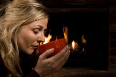 Trinkende Suppe durch das Feuer Stockbild