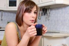 Trinkende Tasse Tee der Frau Lizenzfreies Stockfoto