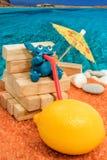 Trinkende Zitrone des Knetmassemonsters auf dem Strand Stockbilder