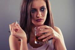 Trinkender Alkohol der traurigen Frau Stockbild